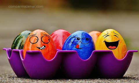 Imagem de ovos coloridos com rostos, como armazenar ovo cozido
