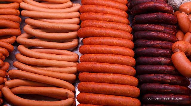 Como armazenar salsicha crua e cozida