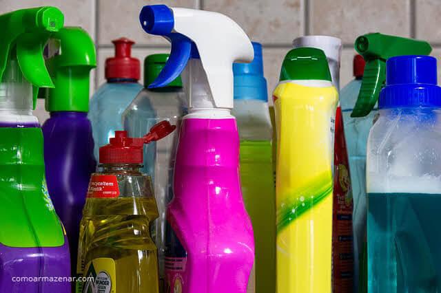 Como armazenar produtos de limpeza água sanitária, alvejante, detergente, borrifador