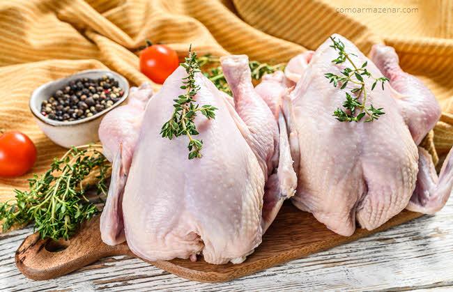Como armazenar frango inteiro comprado fresco ou congelado